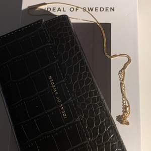 Jätte snygg IDEAL OF SWEDEN skal i jätte bra skick (helt nytt skal, har aldrig använt). Skalet är för iPhone 11 och XR. Säljer skalet för 350 plus frakt. BUDA GÄRNA I KOMMENTARERNA!🥰 original pris: 500 kr