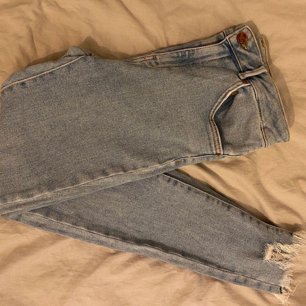 Ett par fina jeans med perfekt längd (jag är 162 lång), tyvärr lite förstora i midjan, därav säljer 🌟🌟🌟. Jeans & Byxor.
