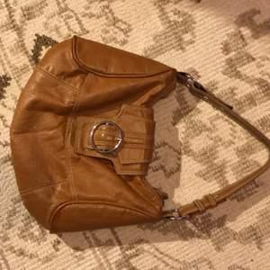 Jättesnygg väska i jättebra skick som jag tyvärr inte fått användning för. Väskan har inga skador och är i väldigt fin kvalite, den är också rymlig och har två innerfack.