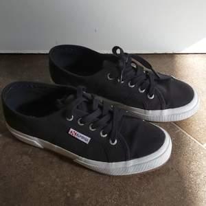 Svarta superga skor som är använda 2 gånger. ( ser nya ut ). 250 kr plus frakt.