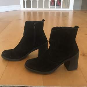 Fina och bekväma suede boots/stövletter från Urban Outfitters i storlek 39. Klacklängd 7 cm.