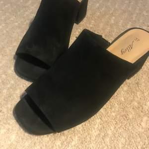 Svarta sandaletter från DinSko i storlek 37. Använda ett fåtal gånger men i bra skick.