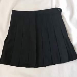 En jättesnygg American Apparel kjol i väldigt bra skick. Köpte här på plick men var tyvärr för liten för mig. Ifall du vill ha mera information så är det bara att kontakta mig privat. (köpare står för frakt) ❤️