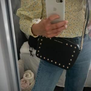 Säljer denna fina väska från Michael kors! Väldigt unik design med de fina stjärnorna! Köptes på zalando för nått år sedan för ca 2000 kr💕  bara använd några få gånger!