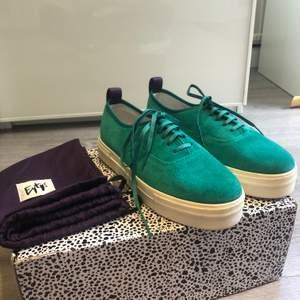 Eytys skor i Mosel Mother suede i superball grön färg, st 40. Helt oanvända, köpt på eytys utförsäljning, därför finns ej orginallåda eller kvitto kvar ( Därav de låga priset, originalpris 1700). Säljer då jag köpte dom på impuls och insåg ej att det var fel storlek.