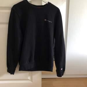 Säljer denna svarta sweatshirten från champion i strl s