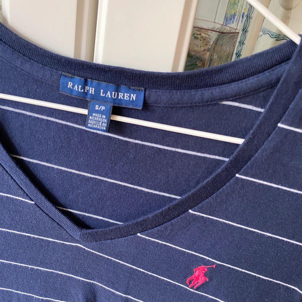 Ralph Lauren topp i storlek S. Väldigt sparsamt använd så i nyskick. 😇😇 Nypris 499kr.. T-shirts.