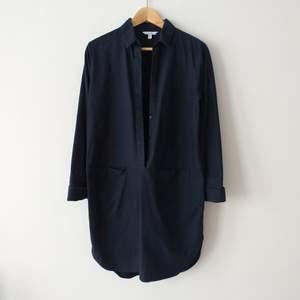 Jättefin skjortklänning från & Other Stories i 36, passar även 38! Den här slits på båda sidor och två stora fickor. Fina armdetaljer (bild 3) som även kan vikas ned.