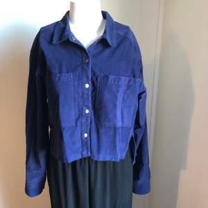 Snygg blå jacka från Bruuns Bazaar i storlek 36. 100% bomull. Den är längre baktill och kortare framtill. Använd endast en gång.