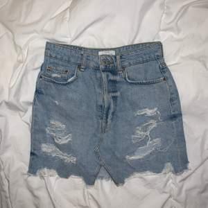 Jeans kjol från Bershka. Använt några gånger.