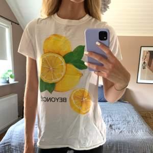 T-shirt från Beyoncés Formation merch. Storlek S men rätt liten i storleken (jag har XS vanligtvis). Tryck med citroner fram, och baksida med de 11 stadierna av sorg. Jättefint skick! Kan skickas om köpare står för frakt 🥰