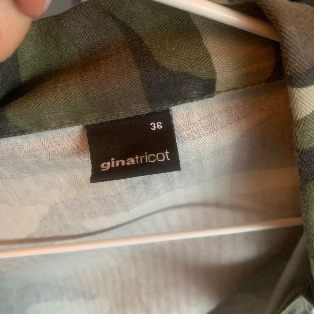 Snygg tunn croppad militärjacka med lite slitningar ner till från Gina Tricot i storlek 36. Köparen står för frakten💕💕. Jackor.