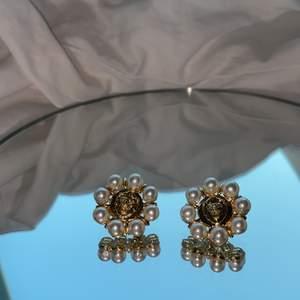 50-tals inspirerande örhängen med pärlor och ett motiv av lejon