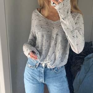 Super fin tröja i 70% linne med blixtar på, super fin V-ringning. Köptes på Rails för 1000 kr i somras. Storlek M men sitter fint oversized på mig med XS-S
