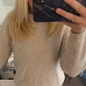 Säljer denna krämvita mysiga stickade tröjan. En tröja som alltid kommer till användning på vintern. Super mysig och sticks inte, har ett litet hål på insidan av armen men som inte märks alls. Tröjan är i en strl XS men känns absolut mer som än S/M. (Tar endast swish💞)