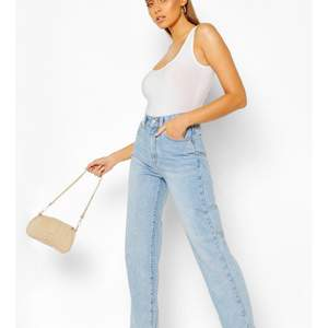 Väldigt fina jeans som är raka passade ej mig i strkl darför säljer jag dem aldrig använda prislappen fortfarande på