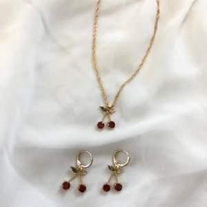 Cherry set med halsband och örhängen. Går att köpa separat. Nya/oanvända. Fri frakt. Följ min instagram @itslunete för mer 🍒