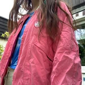 Super söt vintage jacka storlek small. Säljer då den är kort i ärmen annars passar den super☺️💗Frakt tillkommer men kan även mötas upp i Stockholm💕