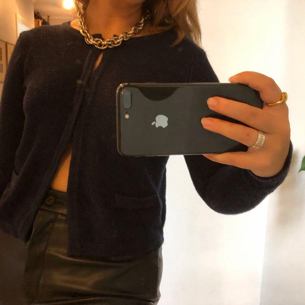 Super fin och skön stickad tröja i mörkblått. Storlek xs. Stickat.