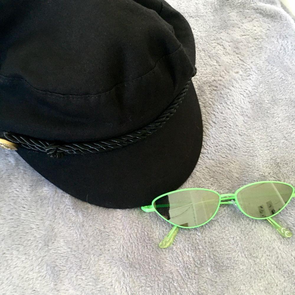 🦠🕷buttercup stylebundle🕷🦠  Skinnkappa från 2000talet i storlek XS 500kr SÅLD. Mörkgrön velvet klänning i storlek XS, köpt second hand i fint skick  120kr. Svart keps 50kr. Solglasögon från Carlings, använt skick 60kr. Skriv privat för mer info👌. Jackor.