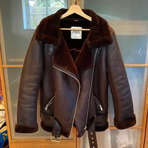 Svart läder imiterad jacka med mjuk insida. Super fin passform och perfekt till höst och vinter!