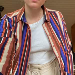 Fin randig skjorta från okänd butik. Helt oanvänd då den inte riktigt är min stil. Jättefin att ha stängd eller öppen ovanpå en topp.