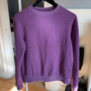 Lila sweatshirt från Carlings i storlek XS. Lite nopprig men jätte skönt material på insidan.