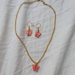 Trendiga handgjorda rosa fjärilssmycken!. Halsband:49kr+11kr frakt Örhängen:59kr+11kr frakt båda:99kr+11kr frakt🌟