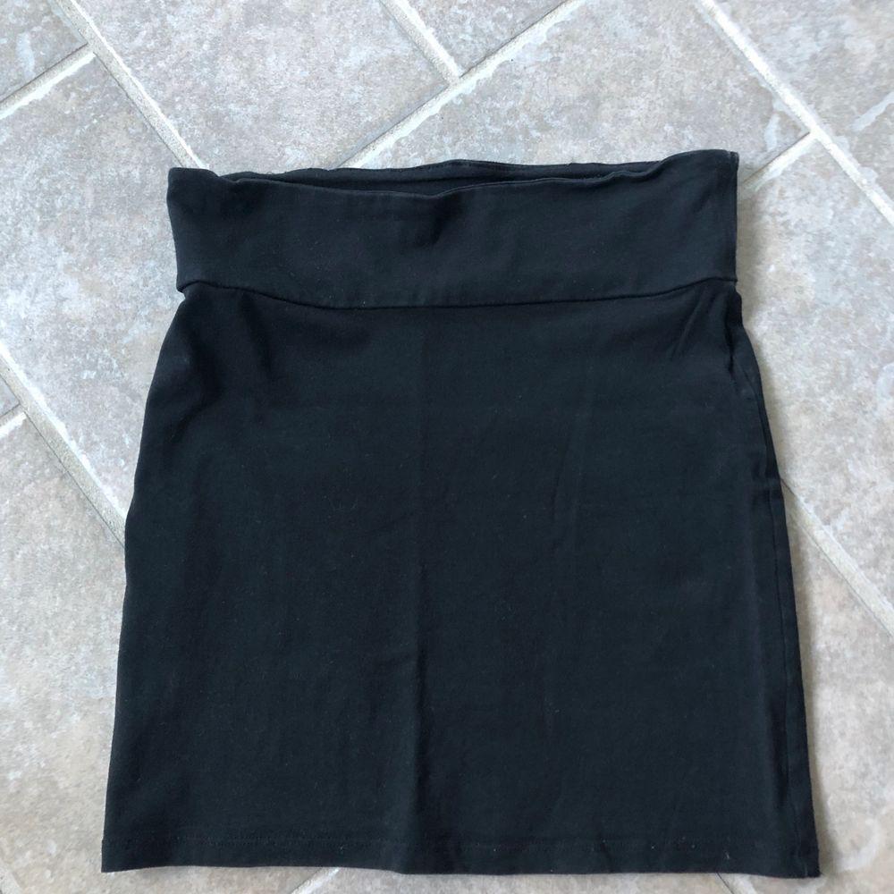Svart tunn kjol, jätteskönt material. I nyskick. Frakt: 50kr.. Kjolar.