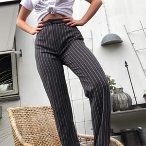 Otroligt sköna och hopp vänliga kostymbyxor! Köpta secondhand. Svårt att fota byxor. Långa och straight i benen. Mycket sköna. Perfekta till vardag och fest! Frakt tillkommer på 63 riksdaler!