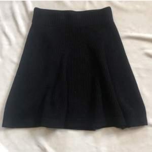 Svart stickad kjol från Tiger of Sweden. Köpt för ca 1200. Köpt på Johnells i kungens kurva. Väldigr bra skick då den endast är andvänd 1 ggn. Frakt tillkommer på 66 kr. Hör av dig vid frågor eller för fler bilder 💓