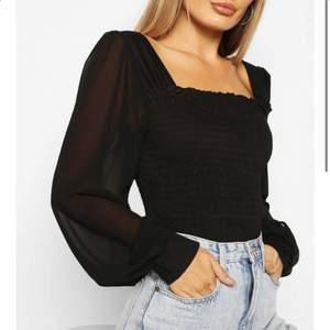 Säljer en svart superfin oanvända tröja i storlek M. Köpt från boohoo. Köparen står för frakt