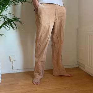 """Snygga beige Manchester byxor. Saknar st märkning men modellen brukar använda 30"""" waist, 32"""" length och de är baggy på honom. Säljer även blåa och vita i liknade modell☺️Frakt tillkommer men kan även mötas upp i stockholm💗"""