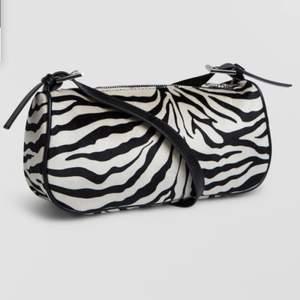Baugetteväska från Gina i zebramönster, superfint skick, knappt använd