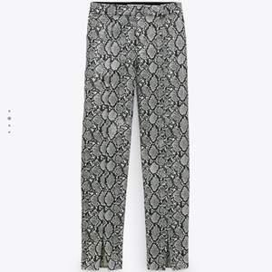 Säljer ett par helt oanvända ormskinns byxor, super fina och höstensmode