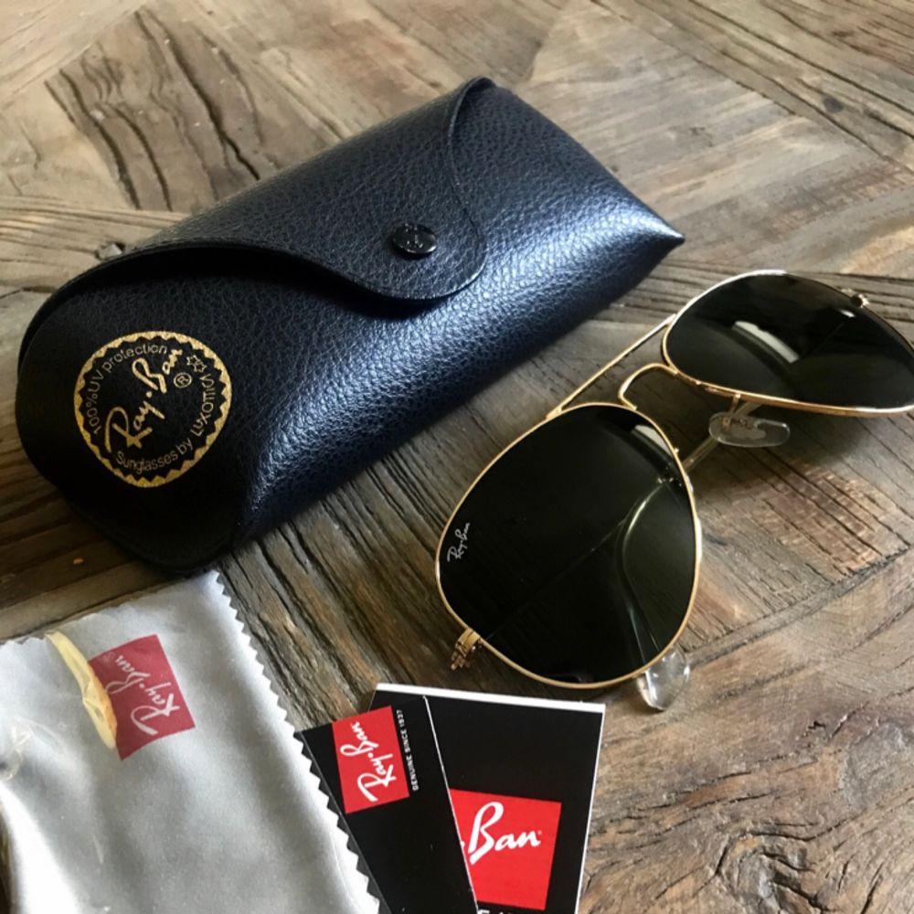 RB 3025 str S8 Färg: L 0205  Säljer mina helt oanvända solglasögon.  Kvitto finns för uppvisning.  Finns att hämta upp i Stockholm City. Kan du inte mötas upp kan jag posta dem mot fraktkostnad.  Obs! Ligger även ute på andra sidor.   . Accessoarer.