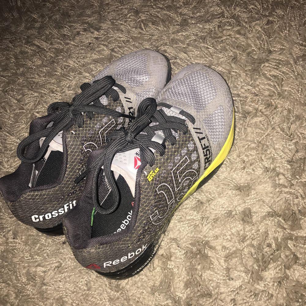 Crossfit skor Det står ett namn på insidan från tidigare ägare (se bild 2) . Skor.