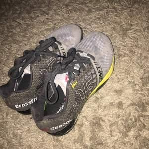 Crossfit skor Det står ett namn på insidan från tidigare ägare (se bild 2)