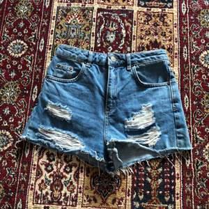 Short i kort modell. Riktigt jeans och köpt slitna.