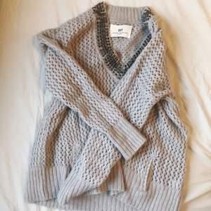 Fin stickad tröja från Day Birger et Mikkelsen. Inte noppig, men någon av stenarna har lossnat. Syns dock inte, den ser i princip ny ut. Kan bäras av S-L beroende på hur man vill att den ska sitta.   Frakt ingår i priset!