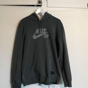 """En Nike SB-hoodie som är köpt i Barcelona. Tyvärr tappat ena """"flärpen"""" på banden som spänner huvan därför det billiga priset! Annars i bra skick, 7/10 skulle jag säga."""