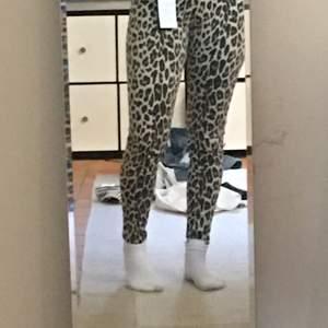 Superfina leopardmönstrade byxor i storlek xs 💕 aldrig använda.