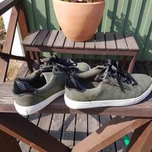 Gröna skor som passar perfekt nu till vår/sommaren!! Köparen står för frakten😃