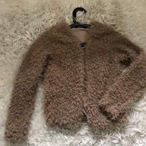 Säljer denna jacka från Gina, det är en ljusbrun färg och de är i nyskick då den aldrig kom till användning för mig eftersom den är för liten