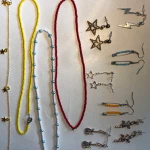 Svincoola smycken egengjorda av mig!! Ni kan även specialbeställa smycken av mig, jag har massa olika material!💞   ÖRHÄNGEN: 59kr PÄRLHALSBAND: 89 KEDJEHALSBAND: 79 ARMBAND: 69kr Följ gärna mig på instragram där jag heter smyckez🙂