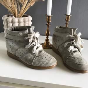 """Isabel marant skor i modellen """"bobby"""", storlek 39, någolunda sämre skick på insidan därav priset men absolut inga fel! Frakten tillkommer💛"""