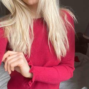 """SUPERSKÖN """"stickad"""" 🍒-röd tröja. Använd ett fåtal gånger. Från Bikbok. Volanger i ärmarna.   Köparen står för eventuell frakt annars kan jag mötas i Stockholm 🧡  Kolla gärna mina andra annonser ♥️ Öppen för byte"""