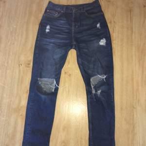 """Blåa """"boyfriend jeans"""", med hål från monki. Lite lösa men ändå tajta, relaxed fit. Bra skick, knappt använda. Fraktpeng för frakt."""