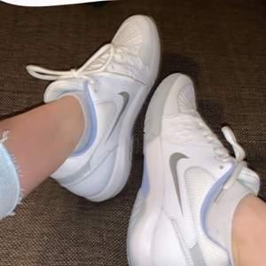 Säljer dessa jättefina nike skor eftersom de aldrig har kommit till användning. Skriv för mer bilder. Kan mötas upp i Stockholm eller skickas, men då står du såklart för frakten 🥰