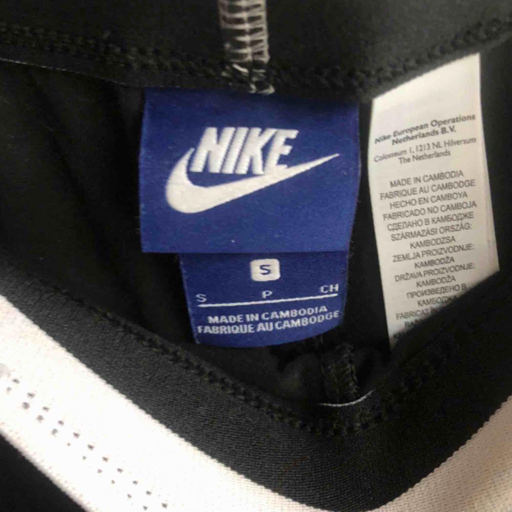 Ett par snygga Nike tights som har resår i midjan och sitter jättefint över ben&rumpa🥰 +frakt. Jeans & Byxor.